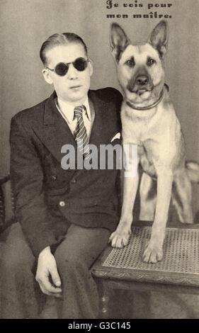 Aveugle avec chien-guide, France. Date: vers 1920 Banque D'Images