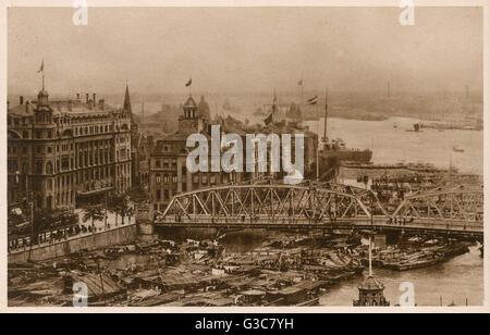 Shanghai, Chine - Waibaidu (jardin) Pont sur la rivière Suzhou. Date: vers 1920 Banque D'Images