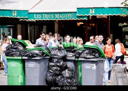 Collecte des ordures en grève à Paris, France Banque D'Images