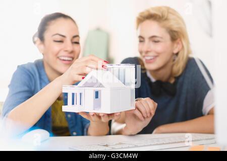 Les jeunes femmes architectes de l'assemblage house model Banque D'Images
