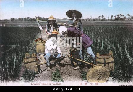 Scène japonaise ouvriers - faire une pause dans la rizière. Date: vers 1908 Banque D'Images