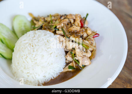La nourriture thaïe Thai épicé, poulet frit avec sweet basil. Banque D'Images