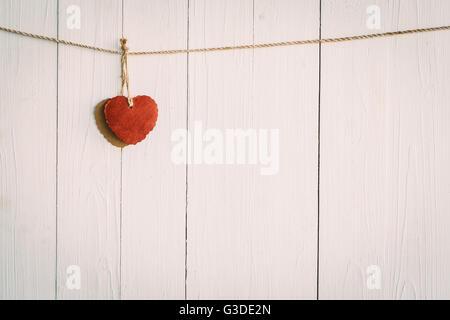 Coeur blanc sur fond de bois de style vintage. Banque D'Images