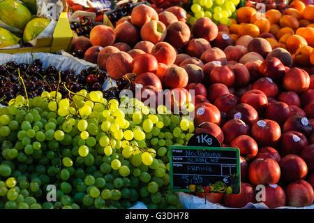 Étal de fruits dans une épicerie à Paris, France Banque D'Images