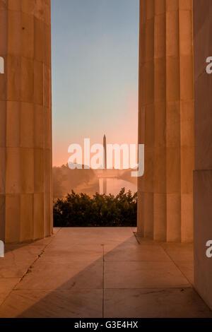 Le lever du soleil sur le miroir d'eau du Lincoln Memorial, Washington DC, USA Banque D'Images