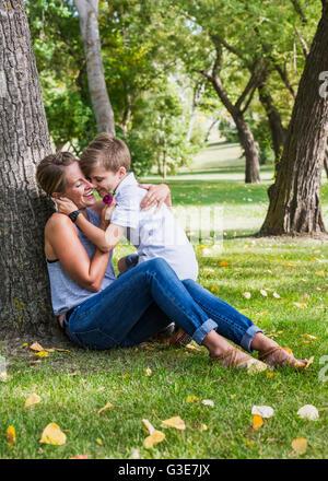 Mère d'une fleur de son fils tout en passant du temps de qualité à un parc au cours d'une sortie en famille; Edmonton, Banque D'Images