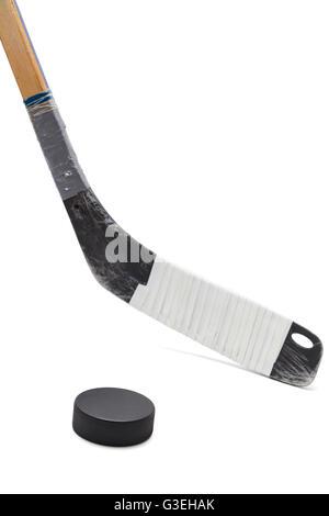 Bâton de hockey sur glace avec rondelle noir isolé sur fond blanc. Banque D'Images