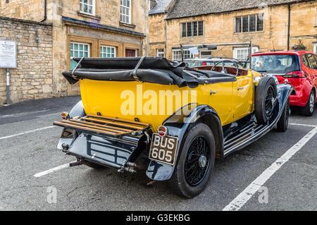 Chipping Campden, UK - 12 août 2015: Street à Stow on the Wold avec luxe et vieux jaune convertible voiture garée. Banque D'Images