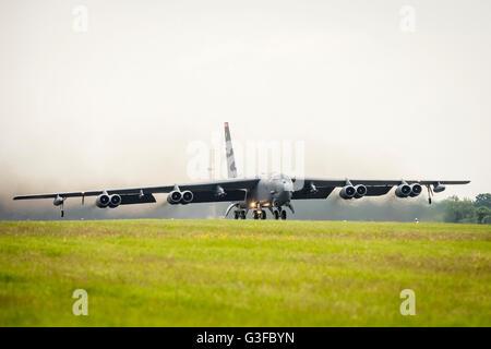Un United States Air Force (USAF) Boeing B-52H Stratofortress bombardier stratégique du 23d Bomb Squadron RAF, décolle de la base aérienne de Fairford en-tête pour le Nord de l'Europe sur un exercice de l'OTAN, dans le cadre d'une grève de l'US Air Force de déploiement mondial de la commande de Fairford, pour la formation militaire d'exercices.