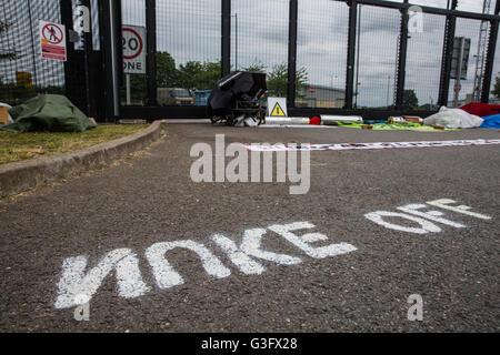 Burghfield, UK. 11 Juin, 2016. L'orthographe des lettres 'Nuke Off' à l'extérieur de l'AWE Burghfield le cinquième Banque D'Images