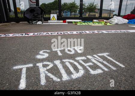 Burghfield, UK. 11 Juin, 2016. Trident 'Stop' à l'extérieur de l'AWE Burghfield graffiti le cinquième jour d'un Banque D'Images