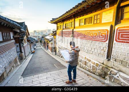 Le voyageur au village de Bukchon Hanok à Séoul, Corée du Sud. Banque D'Images