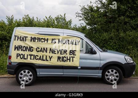 Burghfield, UK. 11 Juin, 2016. Un véhicule avec une bannière portant un message en dehors de l'entrée des livraisons Banque D'Images