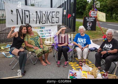 Burghfield, UK. 11 Juin, 2016. Les militants de la paix le blocus de l'AWE Burghfield entrée livraisons pour une Banque D'Images