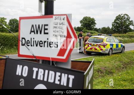 Burghfield, UK. 11 Juin, 2016. Ministère de la Défense policiers débat avec un militant de la paix s'accrochant Banque D'Images