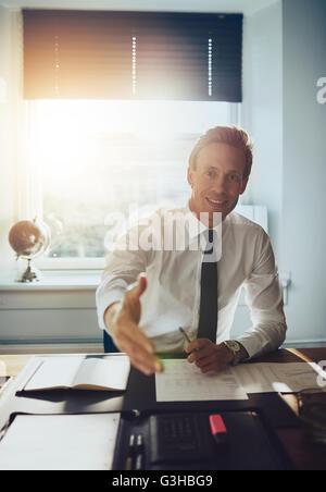 Business man holding out hand à conclure le contrat et vous accueillir, partenaires commerciaux concept Banque D'Images