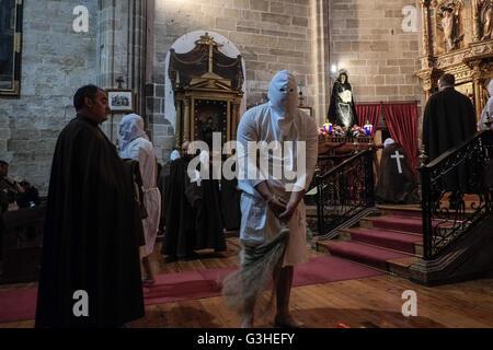 San Vicente de la Sonsierra, Espagne. Le 08 mai, 2016. Pénitents masqués de la Santa Vera Cruz bat lui-même alors Banque D'Images