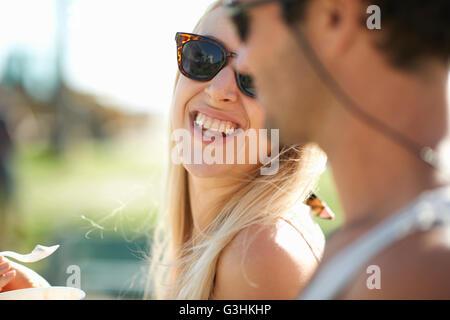 Close up of couple manger du yogourt glacé à Venice Beach, Californie, USA Banque D'Images