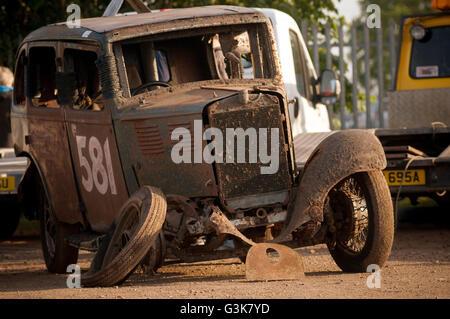 Tacot voiture voitures race racing banger stock vintage vieille nostalgie casse de la toe dans l'alignement de la Banque D'Images