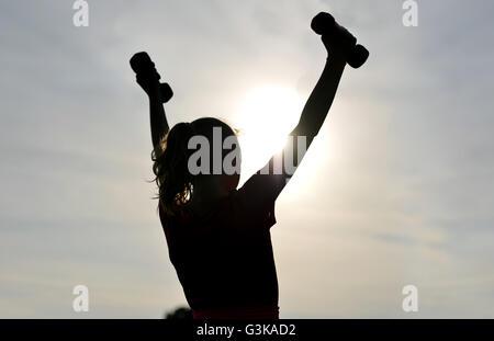 Silhouette de jeune fille de l'exercice à l'extérieur Banque D'Images