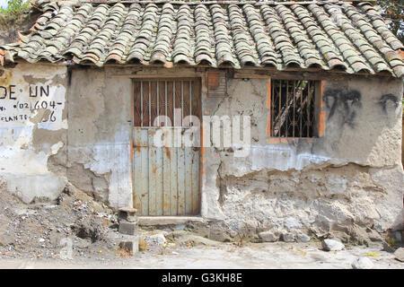 Un vieux bâtiment avec une porte de métal rouillé et de la fenêtre à Cotacachi (Équateur) Banque D'Images