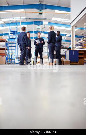 Niveau de la surface vue de manager l'équipe d'expliquer à la fabrication en usine
