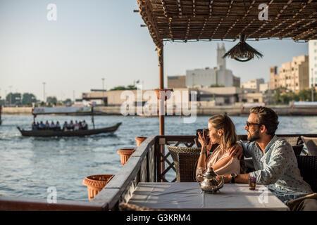 Couple romantique photographier de la marina de Dubaï, Émirats arabes unis cafe Banque D'Images