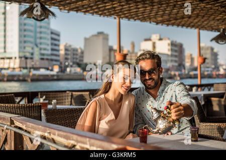 Romantic couple pouring plateau à café de la marina de Dubaï, Émirats Arabes Unis Banque D'Images