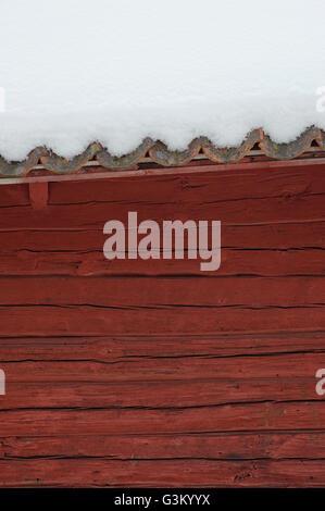 Maison en bois rouge avec toit couvert de neige, la Suède, Europe Banque D'Images