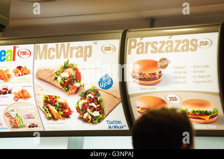 Menu d'éléments proposés à un McDonalds à Budapest, Hongrie, Europe Banque D'Images
