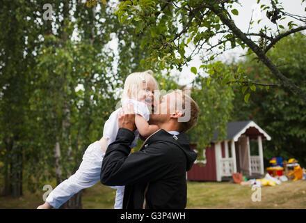 La Suède, l'Uppland, Père holding up fille (4-5)
