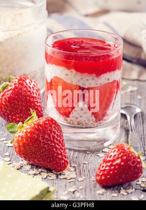 Chia pudding à la fraise avec des flocons d'avoine Banque D'Images
