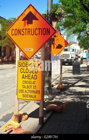 Trottoir fermé et signes de la construction sur le côté de la rue, à London, en Ontario.