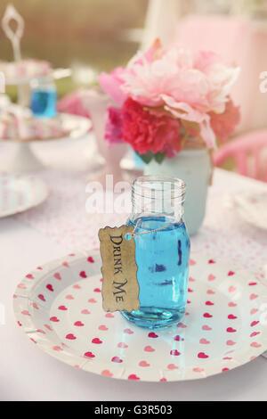 Verre bleu en bouteille, Alice au pays des merveilles thème de partie de thé tonifiant, Banque D'Images