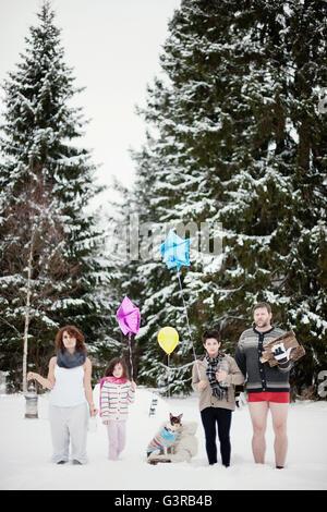 La Suède, Vastmanland, Bergslagen, famille avec deux enfants (6-7, 10,11) dans la forêt d'hiver durant les fêtes de Noël