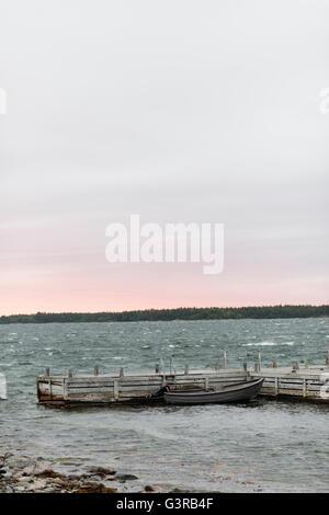 La Suède, l'archipel de Stockholm, Uppland, Fejan, vue sur le lac à l'aube