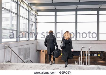 La Suède, Stockholm, Malmö, vue arrière du couple entrant dans une station de métro Banque D'Images