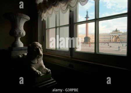 Saint Petersburg Russie. colonne Alexandre, la place du palais et le personnel genereal bâtiment vu par la fenêtre Banque D'Images