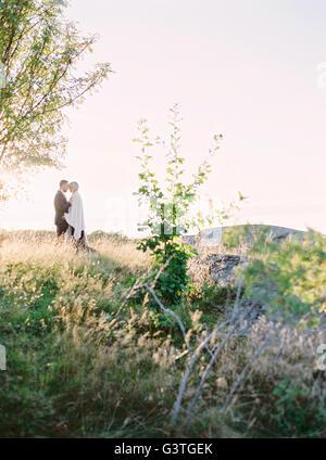 La Suède, la jeune mariée et se toilettent debout face à face dans l'herbe Banque D'Images