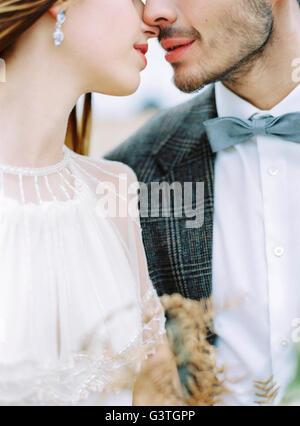 La Suède, Halland, Varberg, mariés face à face Banque D'Images