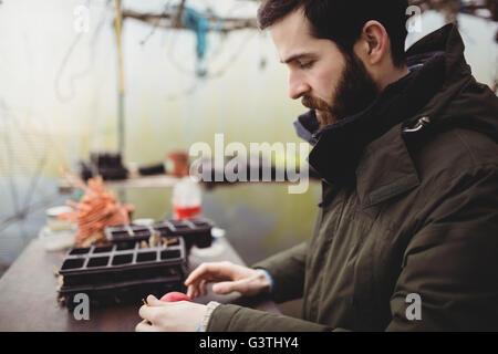 Voir le profil de jardinage homme hipster Banque D'Images