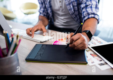 Vue en gros plan de mains travaillant sur tablette numérique Banque D'Images