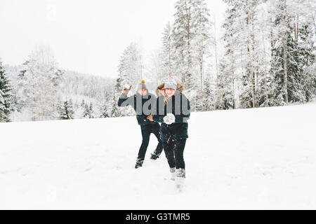 La Finlande, Jyvaskyla, Saakoski, Young couple having snowball fight Banque D'Images