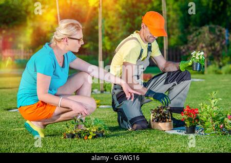Jardinier paysagiste chargé de l'utilisation de Client de prendre des commandes et à l'écoute des idées pour de Banque D'Images