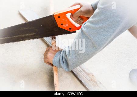 Male carpenter scier du bois.au lieu de travail.background outil artisan.Zoom in Banque D'Images