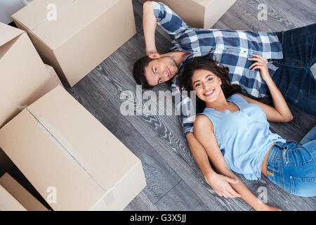 Portrait of young smiling couple moving in new home Banque D'Images