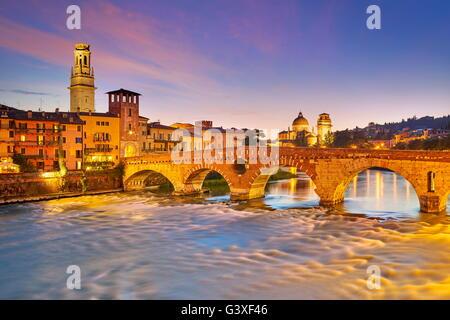 Vérone - Ponte Pietra Pont à soir crépuscule, Italie Banque D'Images