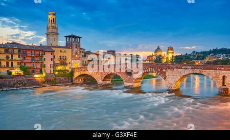 Ponte Pietra au crépuscule du soir, le pont de la vieille ville de Vérone, Vénétie, Italie Banque D'Images