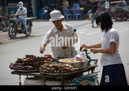 Vendeur de rue, quartier chinois de Cholon à Saigon, Ho Chi Minh City, Vietnam, Asie du Sud, Asie