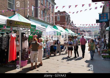 Les étals de marché et Union Jack noir dans le Broadway, Winchester, Hampshire, Angleterre, Royaume-Uni, Europe Banque D'Images